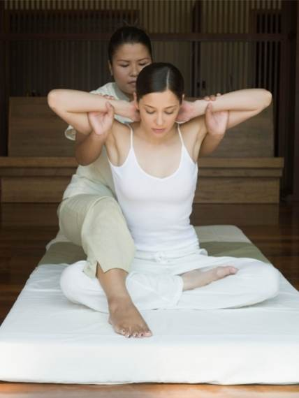 kvinde får thai massage